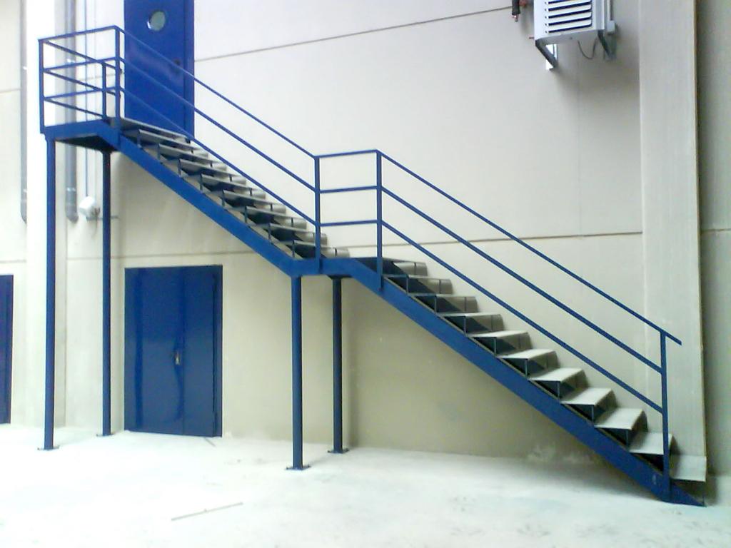 Escaleras y pasarelas talleres armis n taller de for Escalera exterior de acero galvanizado precio